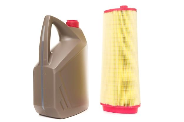 Protezione dell'auto in condizioni operative difficili, cambio olio e filtro in una stazione di servizio