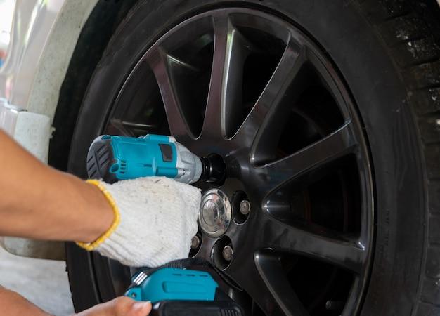Rimozione della ruota dell'auto degli attrezzi manuali per la riparazione dell'auto