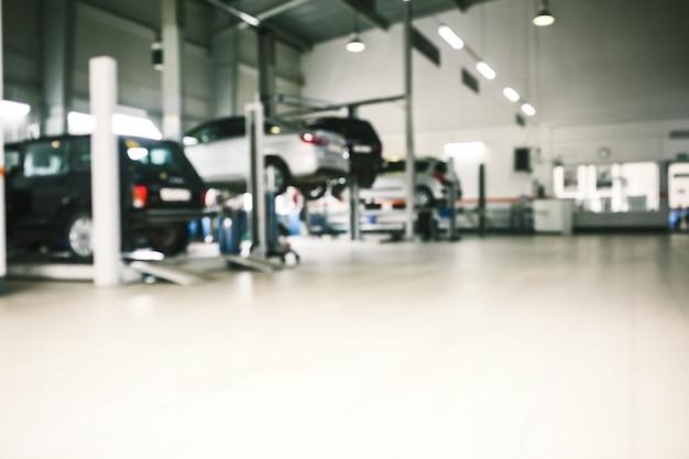 Servizio di riparazione auto in defocus, background industriale.