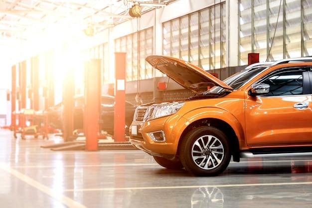 Stazione di riparazione auto con soft focus sullo sfondo e su luce