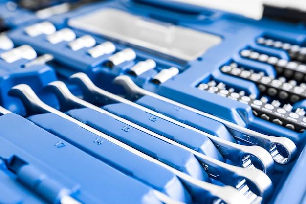 Strumenti di riparazione auto chiavi in metallo e bit primo piano manutenzione e ispezione delle attrezzature