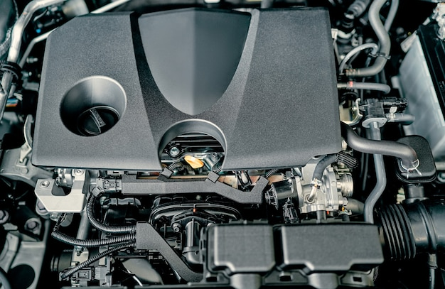Riparazione auto. moderna vettura compatta con cofano aperto. auto in manutenzione. motore.
