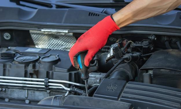 Tagliando auto, sostituzione filtro aria in carta