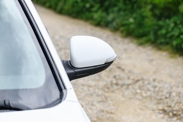 Specchietto laterale auto, vista lato strada. sfondo di trasporto