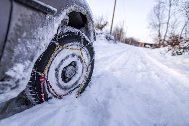 Macchina nella neve