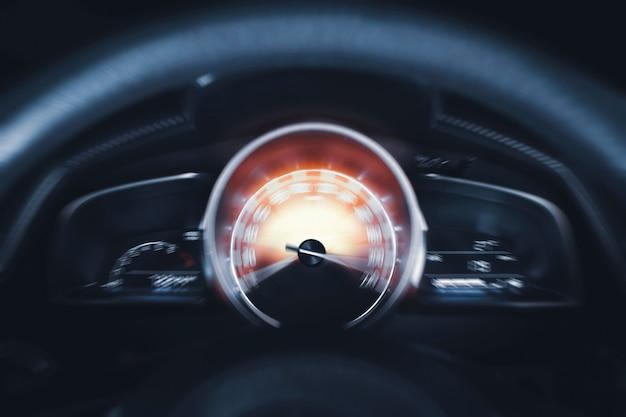Tachimetro per auto ad alte prestazioni e indicatore che spazia alla massima potenza del movimento dell'auto sul cruscotto
