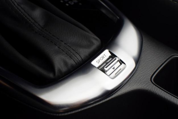 Interruttore a pulsante modalità sport e comfort della trasmissione automatica in un'auto di lusso.