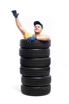 Servizio di pneumatici per auto, mano di riparatore, bianco, operaio di garage con pneumatici, montaggio su ruote