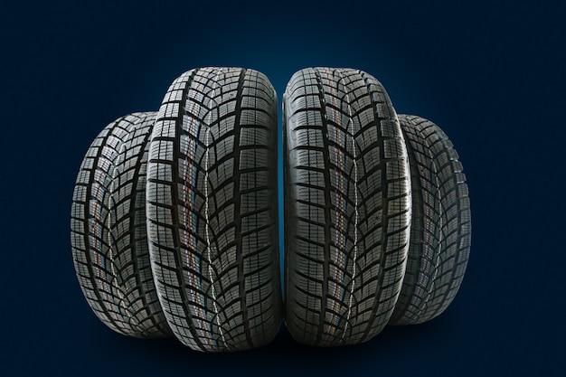 Mucchio di pneumatici per auto sullo sfondo.