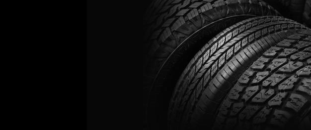 Pneumatici per auto in magazzino nel negozio di pneumatici. tonalità in bianco e nero, copia spazio