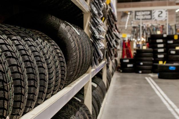 Pneumatici per auto e ruote in magazzino nel negozio di pneumatici