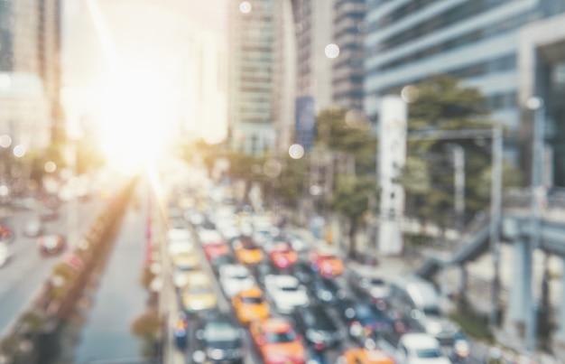 Traffico automobilistico all'ora di punta nel centro della città traffico di inquinamento automobilistico al mattino