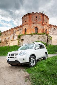 Concetto di viaggio in auto suv di fronte al vecchio spazio della copia del castello