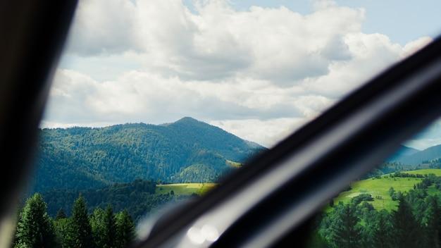 Auto per viaggiare con una strada di montagna. valle di montagna. paesaggio estivo naturale. sfondo banner orizzontale. copiare lo sfondo dello spazio.