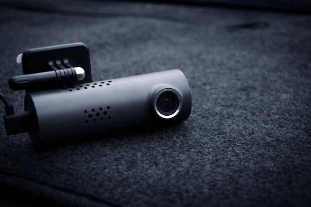 Videocamera per auto (dash cam) in auto, concetto di autovelox per la protezione dell'auto, tecnologia per la sicurezza