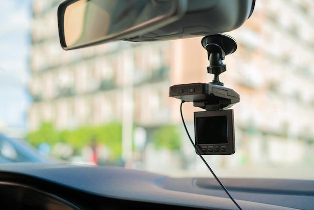 Videocamera per auto (dash cam) all'interno dell'auto in autostrada, dal punto di vista del conducente. concetto di autovelox