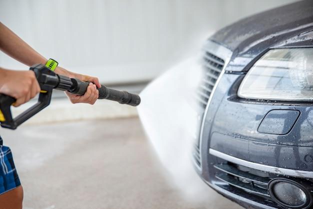 Autolavaggio con acqua in pressione. self-service, annuncio di autolavaggio con spazio per copiare o incollare testo.