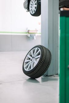 Officina riparazione ruote auto terreno esterno