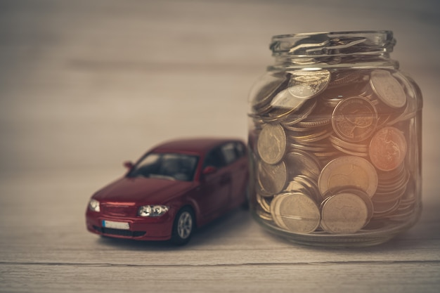 Auto con monete prestito auto finanziamento risparmio di denaro assicurazione e leasing concetti di tempo