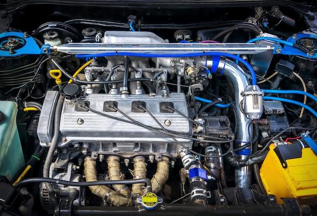 Auto con capote aperta.batteria. dettagli del nuovo motore dell'auto.