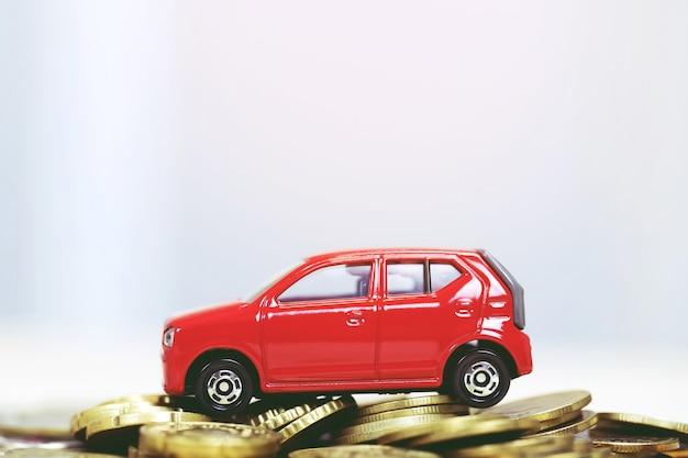 Auto con monete impilate senza sfondo