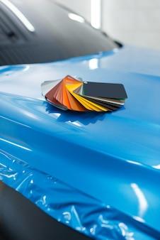 Car wrapping, pellicola protettiva in vinile o tavolozza dei colori della pellicola sul veicolo. dettagli automatici