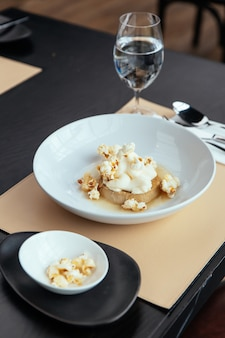 Crema pasticcera al caramello con crema che si abbina al popcorn. Foto Premium