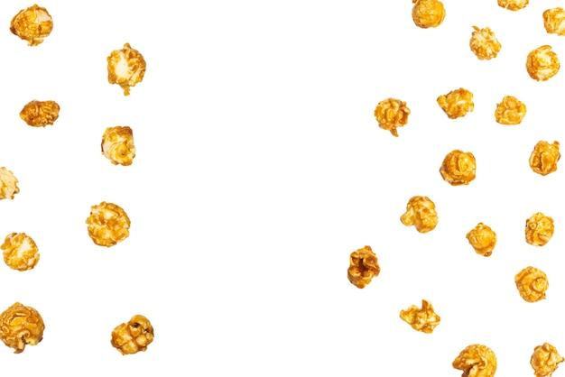 Pop corn al caramello isolato su priorità bassa bianca. copia spazio.