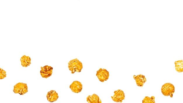 Caramello pop corn isolati su sfondo bianco.