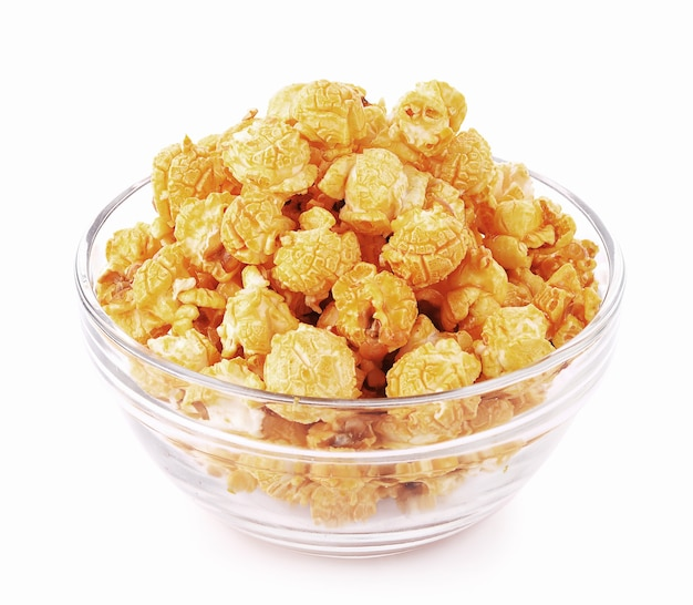 Popcorn al caramello in ciotola su sfondo bianco