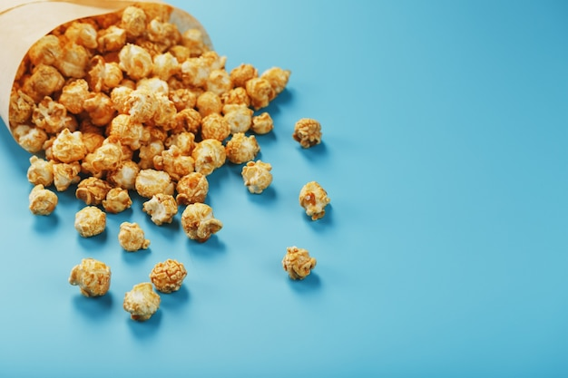 Popcorn al caramello in una busta di carta