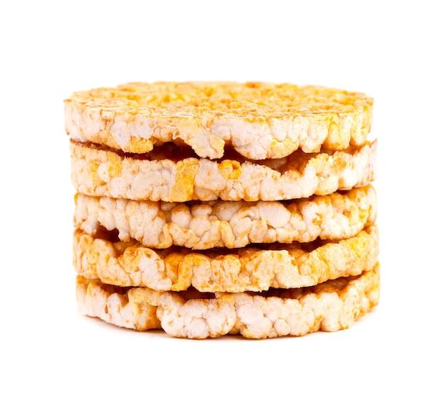 Pane croccante di riso-mais caramellato isolato su bianco