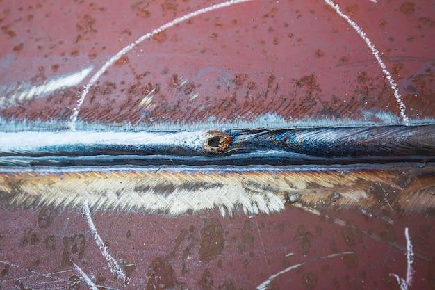 Porosità della piastra del giunto di saldatura in acciaio al carbonio mediante processo di saldatura ad arco in metallo schermato