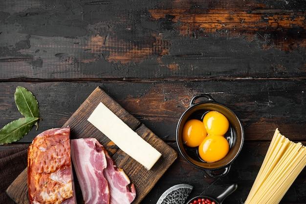 Insieme di ingredienti di pasta alla carbonara, sul vecchio tavolo in legno scuro