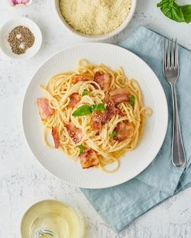 Pasta alla carbonara. spaghetti con pancetta, uovo, parmigiano e salsa di panna