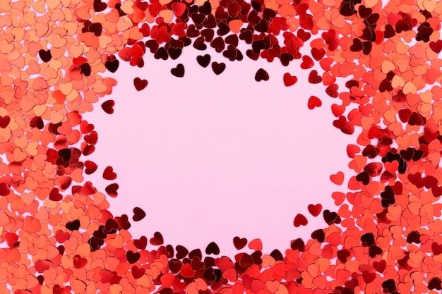 Una carta decorata con cuori rossi, san valentino. carte di celebrazione su sfondo rosa con copia spazio per il testo. banner.