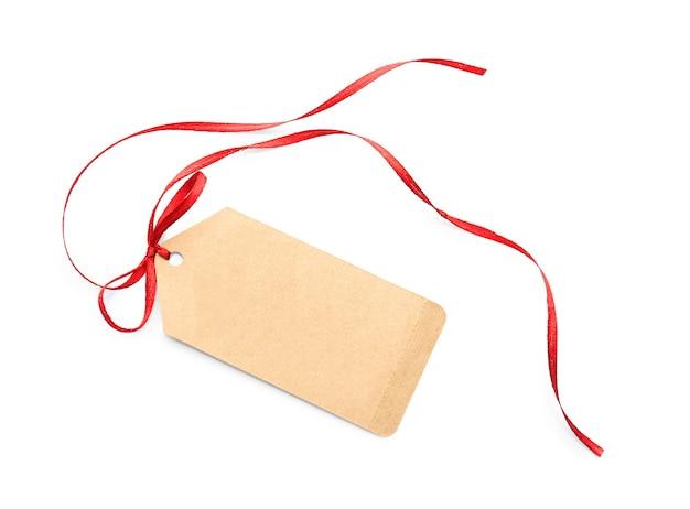 Nota di carta con nastro rosso su sfondo bianco