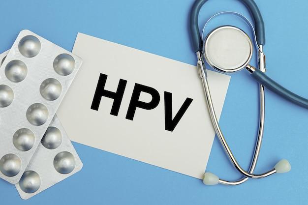 Scheda con testo hpv, pillole e stetoscopio, concetto medico