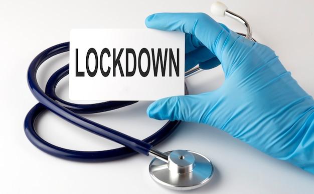 Scheda con testo lockdown forniture, pillole e stetoscopio. concetto medico.