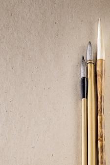 Sfondo di cartone con spazzole cinesi in legno chiaro