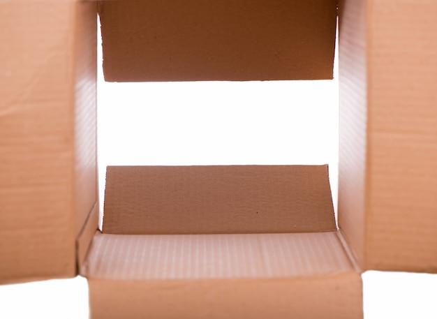 Scatola di cartone isolato su uno sfondo bianco.