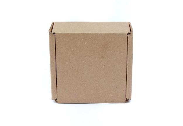 Scatola di cartone isolata su sfondo bianco