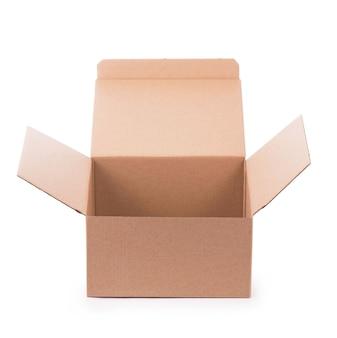 Scatola di cartone isolata su una superficie bianca