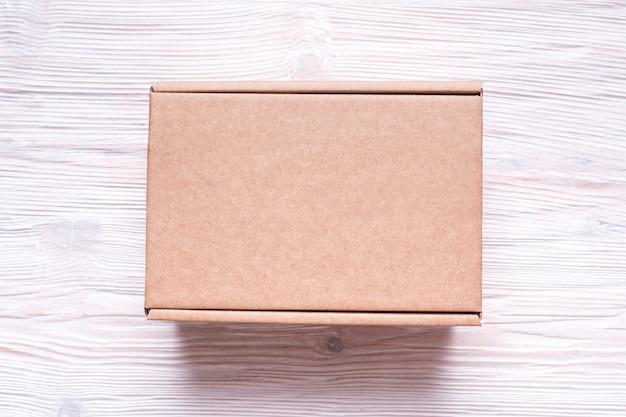 Scatola di cartone con coperchio su superficie di legno