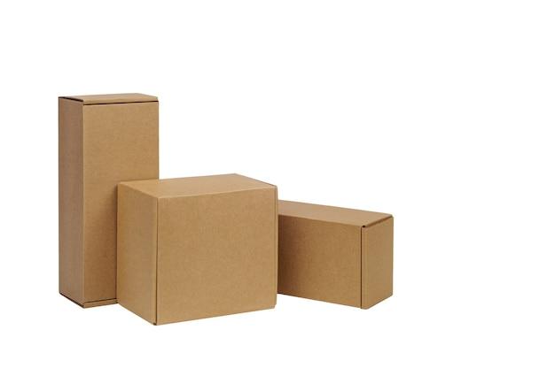 Scatole di cartone per merci su una superficie bianca. diverse dimensioni. isolato sulla superficie bianca.