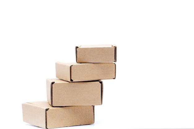 Scatole di cartone di varie dimensioni isolati su sfondo bianco.