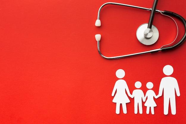 La famiglia di cartone modella con lo stetoscopio e lo spazio della copia