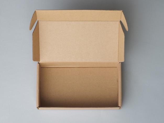 Cartone, scatola postale con coperchio aperto su grigio