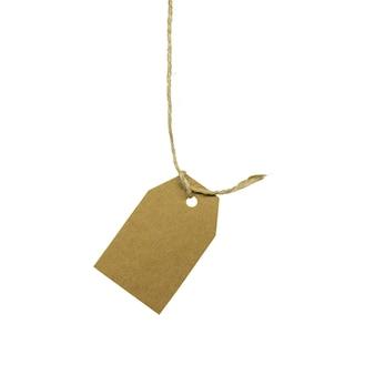 Cartellino del prezzo del cartone che appende sulla corda, isolato su priorità bassa bianca