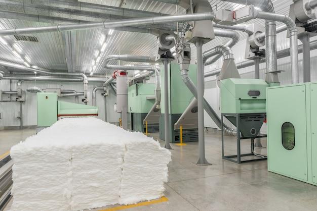 Carda in officina di filatura. attrezzature e tecnologie presso la fabbrica tessile